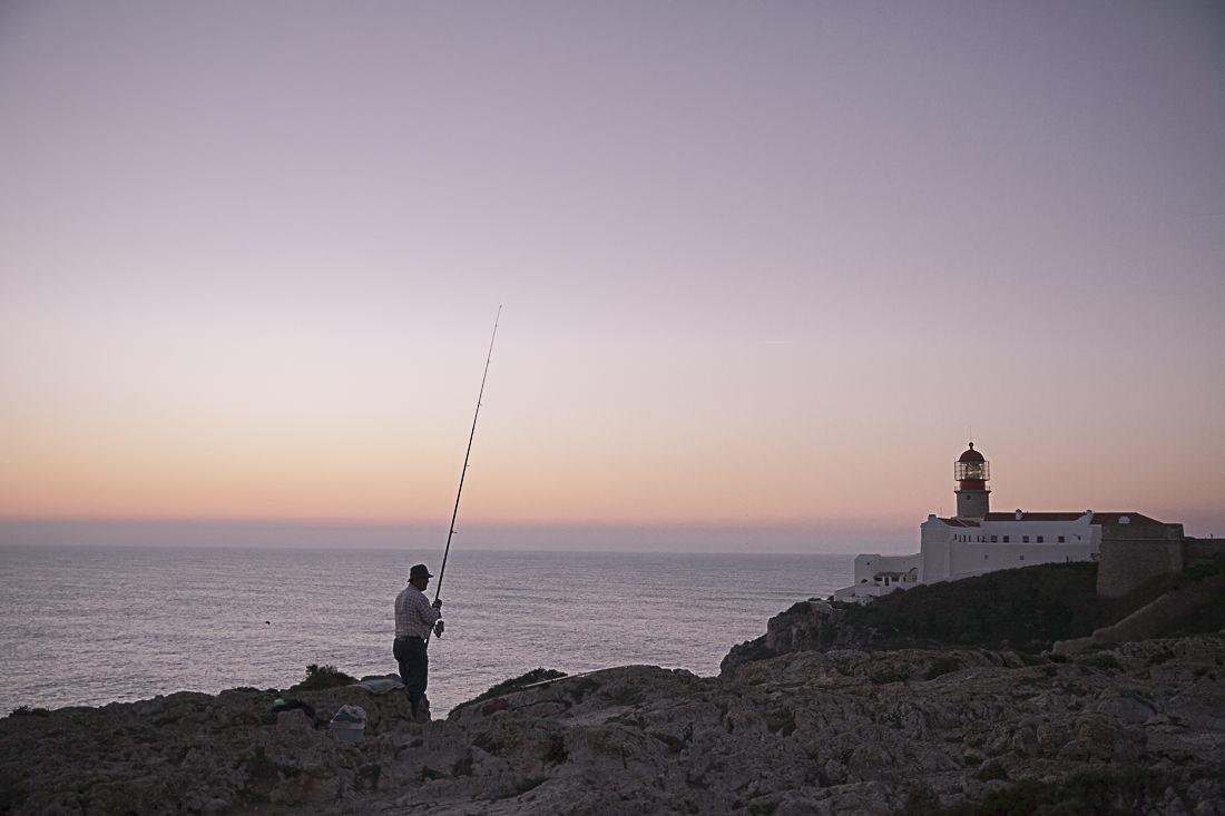 Le pêcheur du cap Saint vincent au coucher du soleil