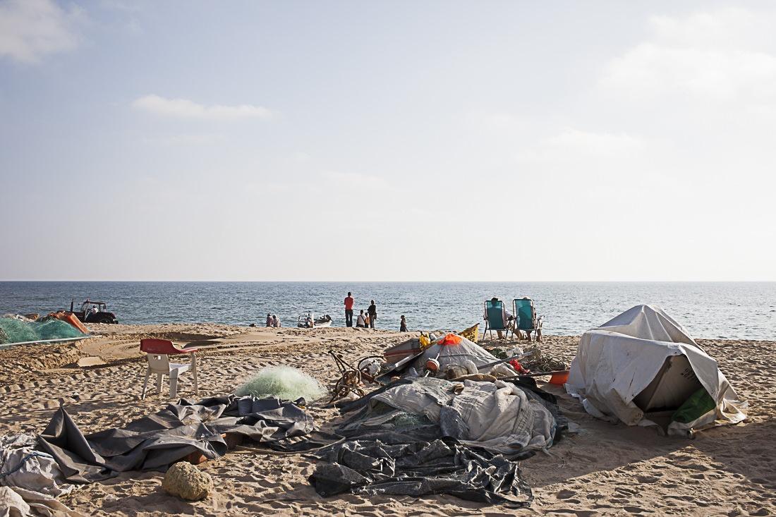 Plage où se mèlent les vacanciers et les pêcheurs de l'Algarve