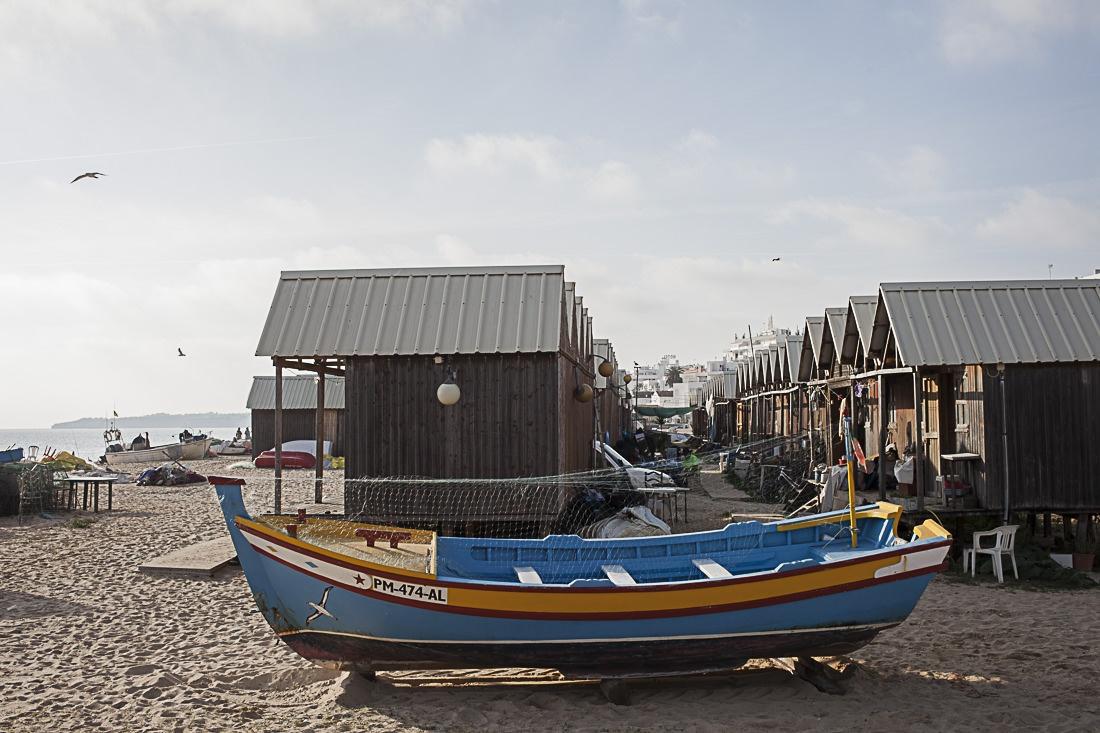 Les cabanes de pêcheurs et bateau traditionnel du sud de l'Algarve