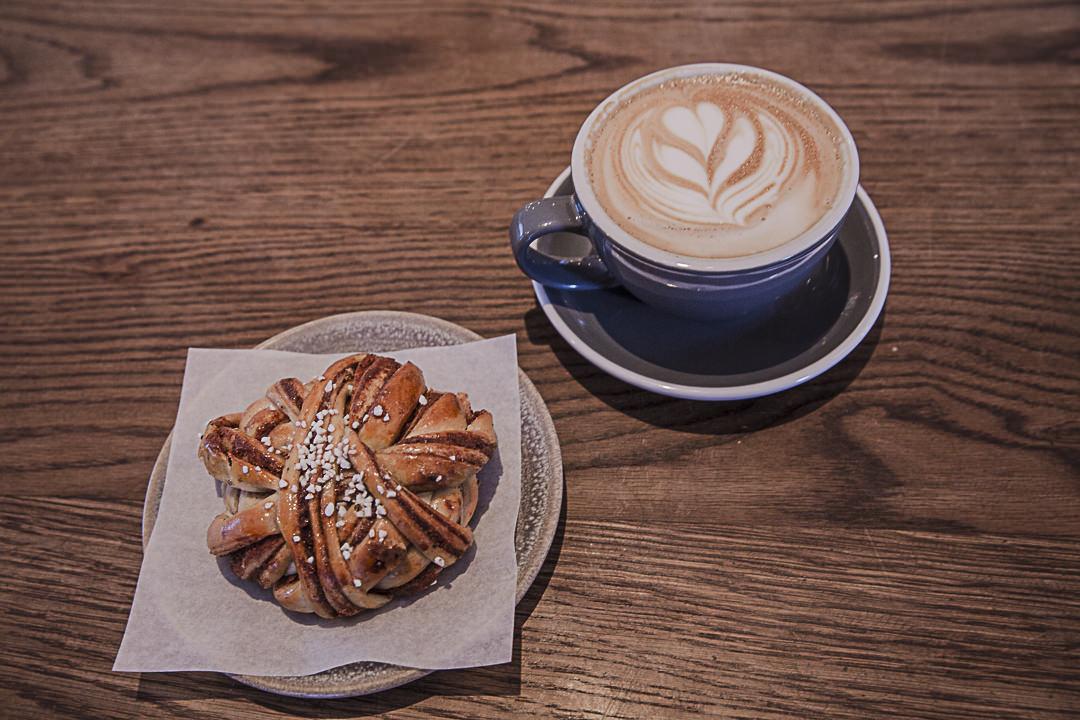 Un pain à la cannelle et café, ça vous tente ?