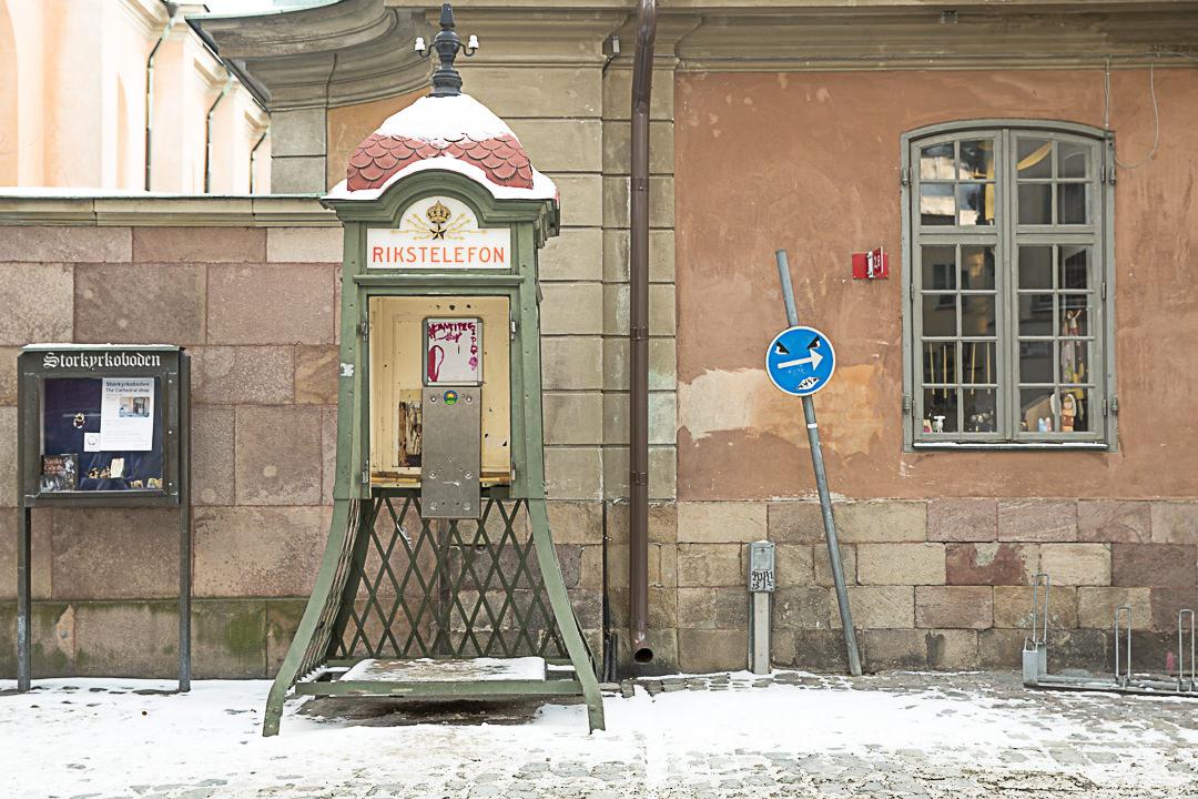 Vieille cabine téléphonique dans le vieille ville de Stockholm