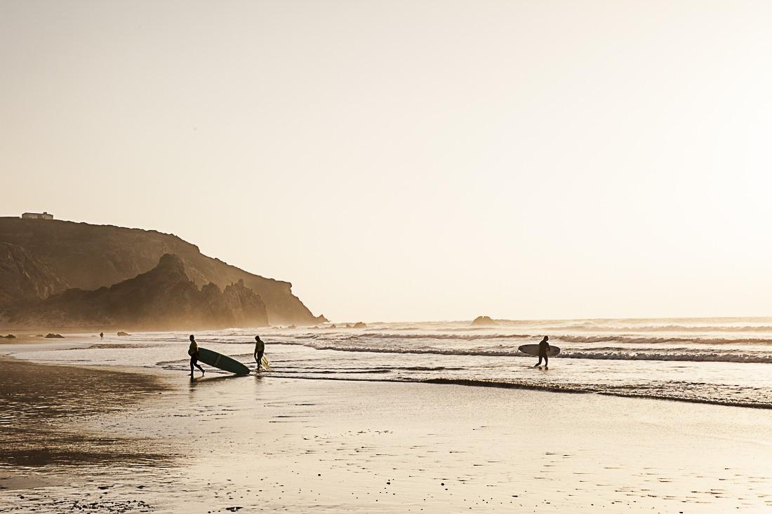 Au coucher du soleil sur la page do Amado a carrapateira, les surfers s'en donnent à coeur joie