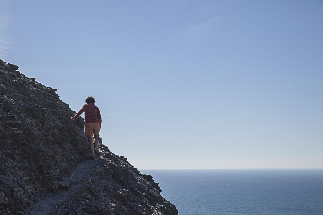 court chemin à flanc de falaise
