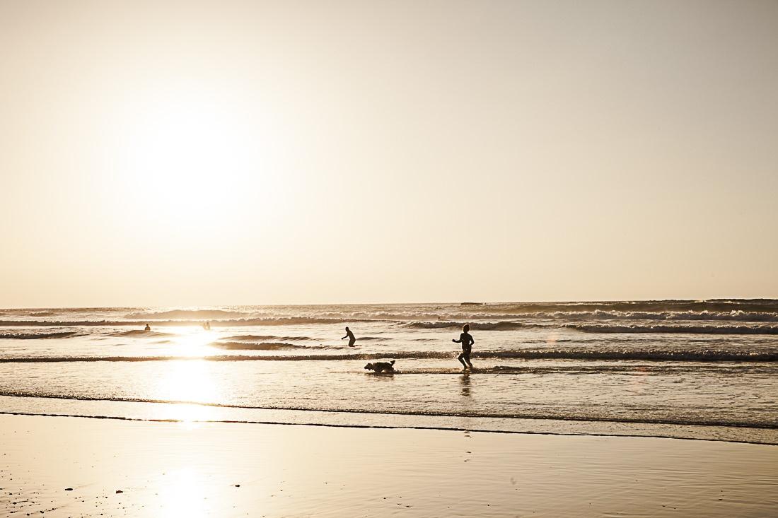 Ambiance familiale au coucher du soleil sur la plage de Amado