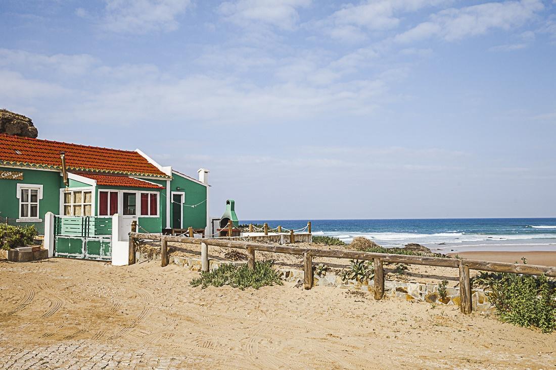 On la voit de loin la petite maison verte de Monte Clerigo, de près on voit qu'elle bénéficie d'un emplacement idéal sur la mer
