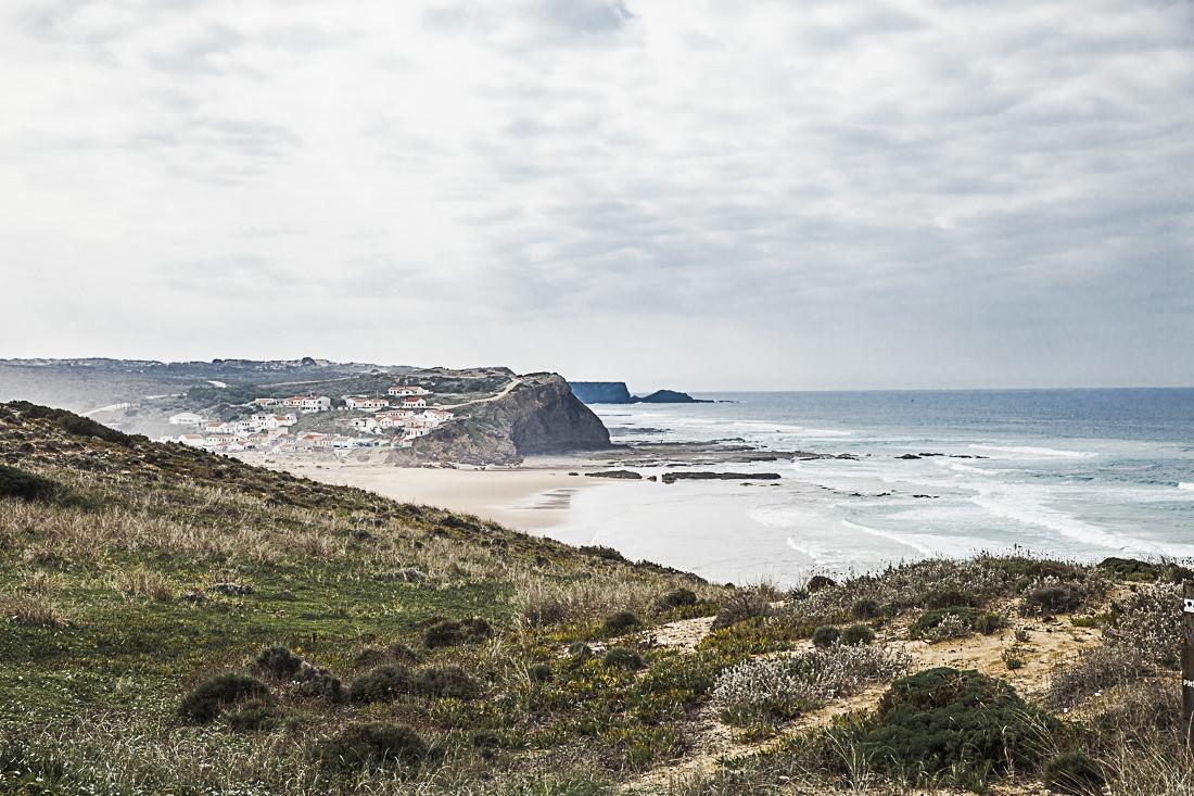 Situé à une vingtaine de kilomètres au nord de Carrapateira, le village de Monté Clerigo construit à flanc de colline est trop mignon