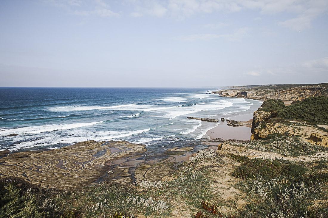 A l'arrière du village de Monte Clerigo en Algarve au Portugal, la vue sur la plage depuis les falaises est magnifique