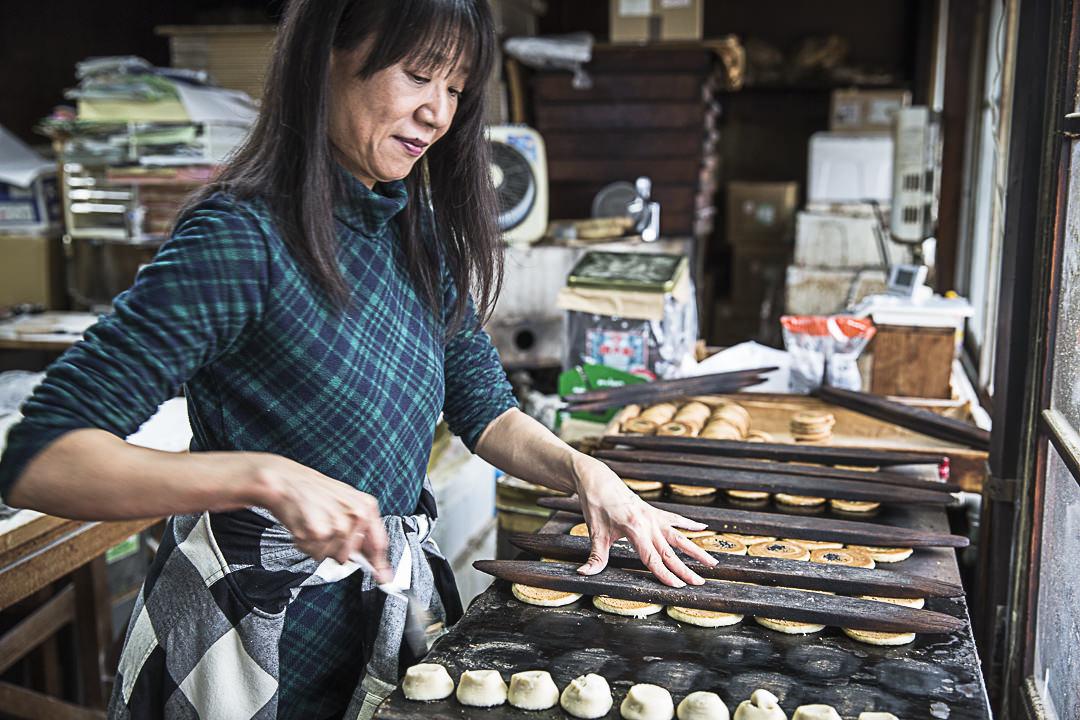 Dans la petite biscuiterie de Iga on travaille avec grâce et style