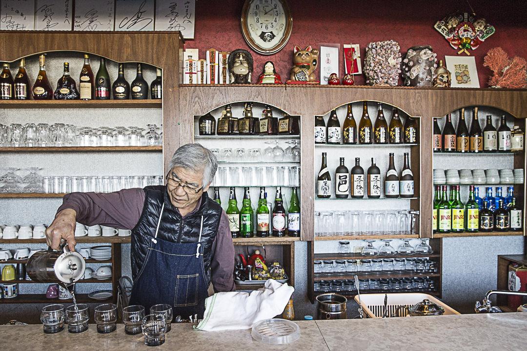 Ambiance des autre temps au bar du port de Toshicho
