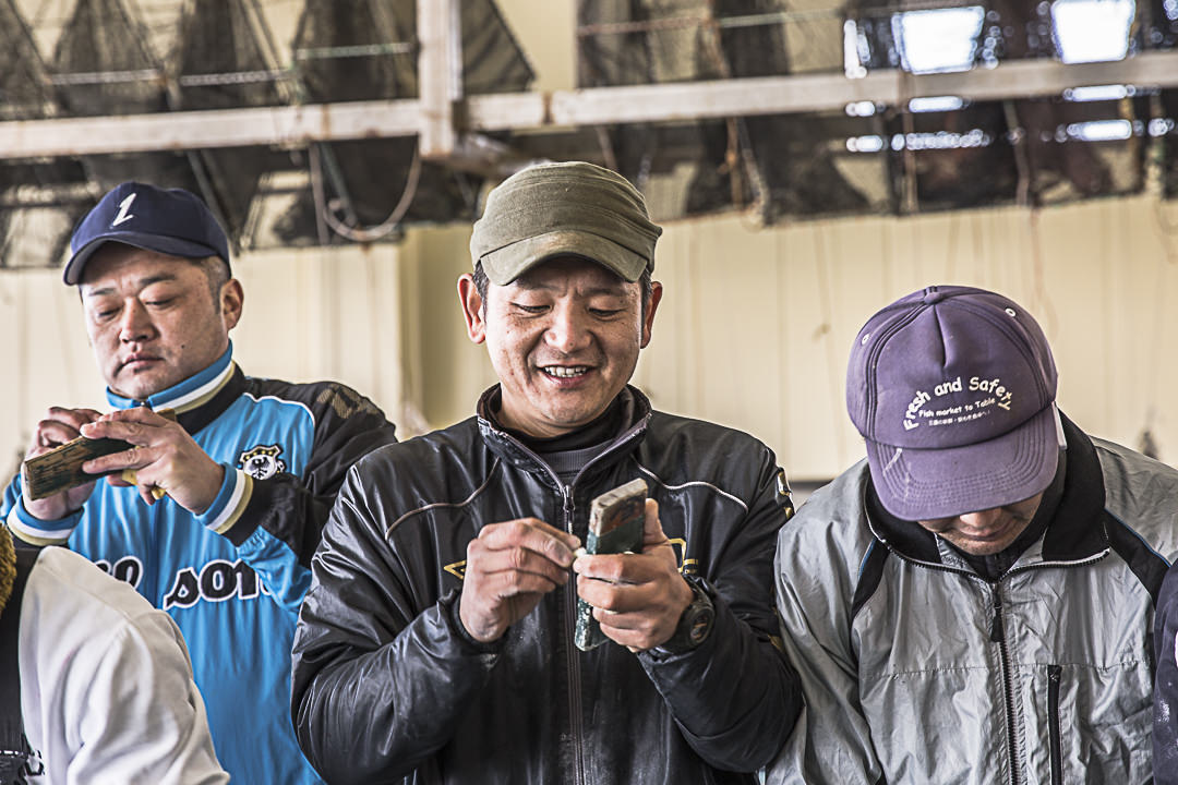 Motoya négocie des poissons à la criée