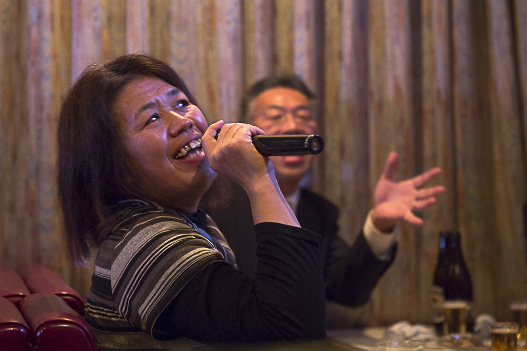 Guimauve sérieuse au karaoke de Toshi-jima