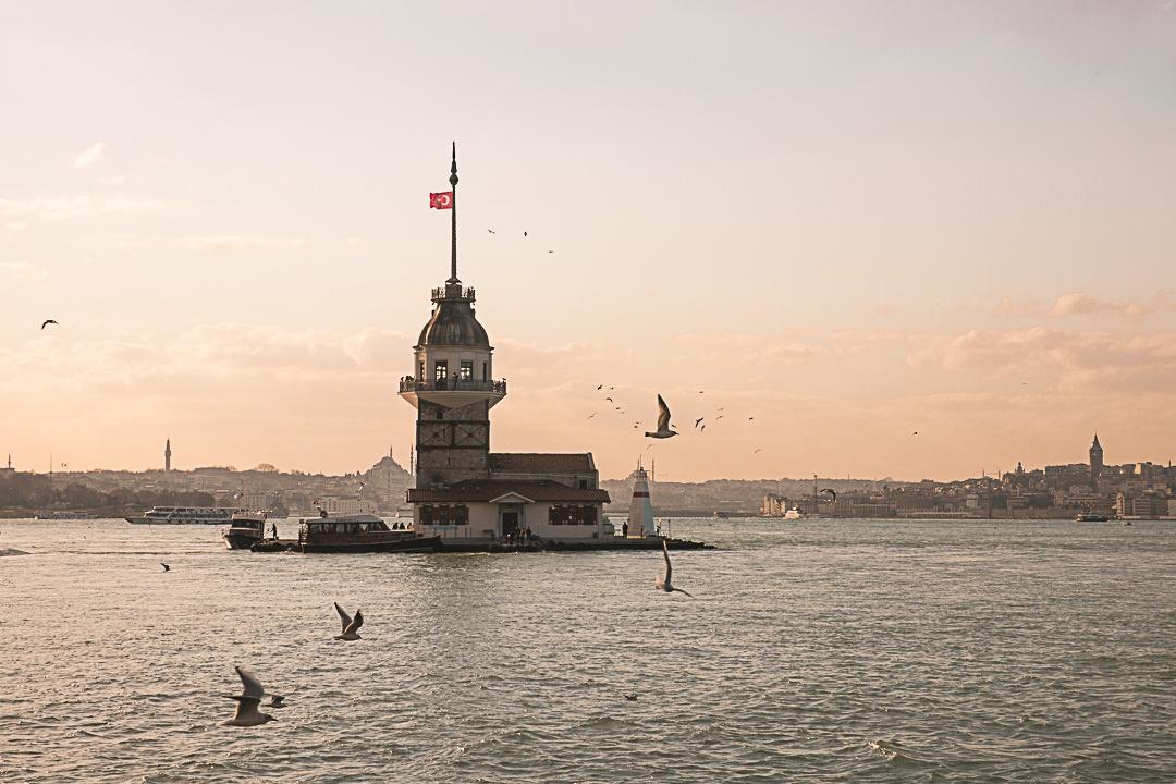 Kiz Kulesi au coucher du soleil. Un ancien phare transformé en café à Istanbul