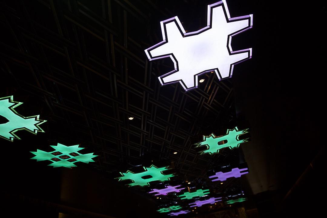 le plafond du bar de l'hotel