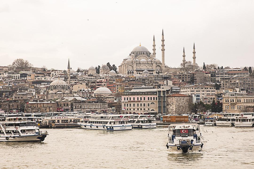 Vue sur la vieille ville d'Istanbul depuis le pont de Galata