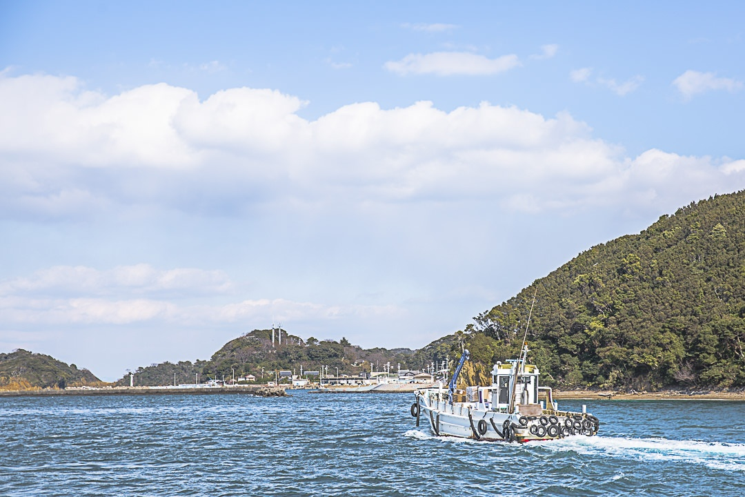 Bateau de pêche qui rentre au port de Toshijima