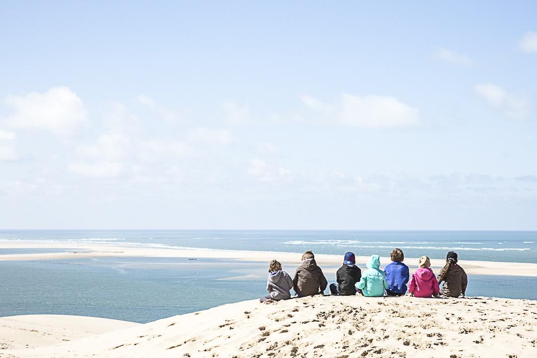 Vacances en famille au Cap Ferret - les enfants sur la dune