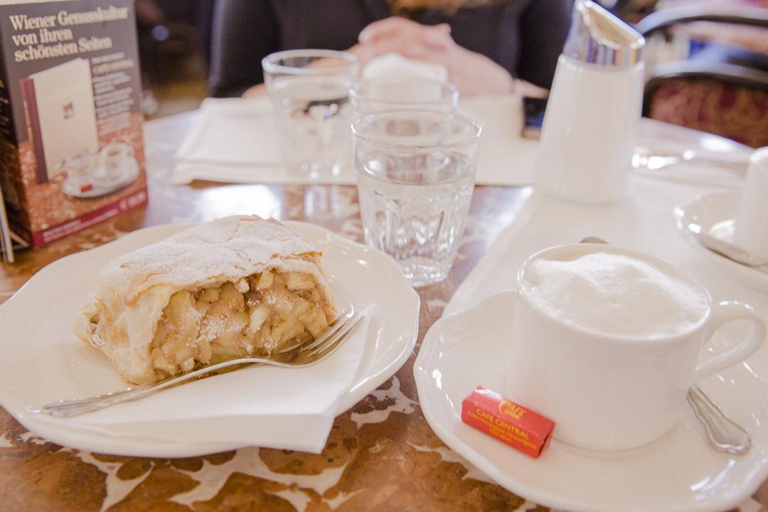 Apfelstrudel et café mélange au mythique café central de Vienne