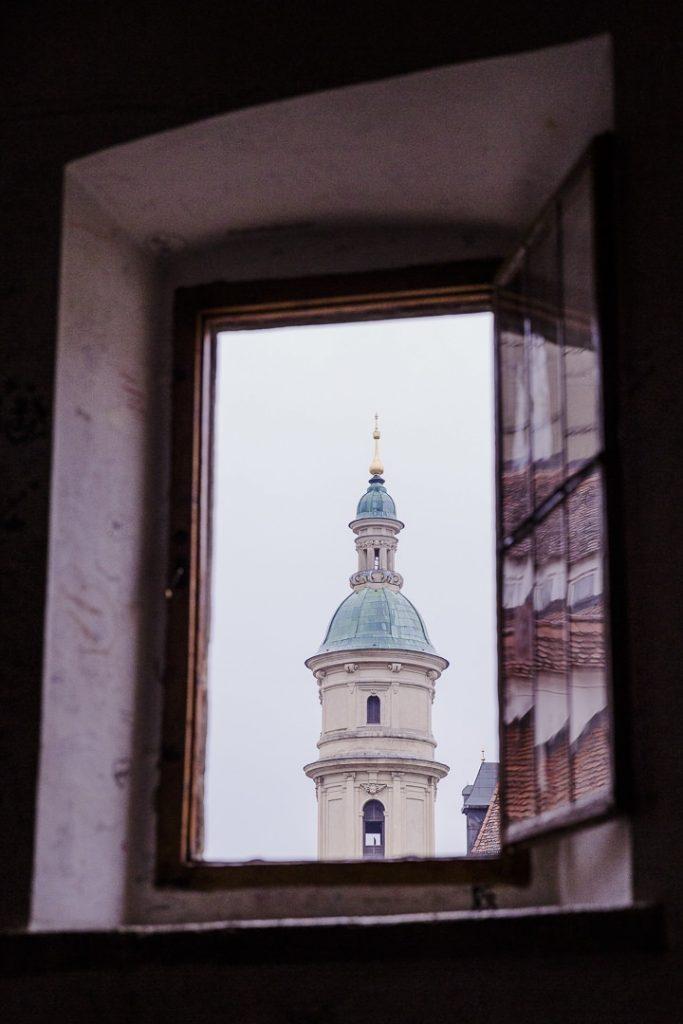 Vue sur la cathédrale de Graz depuis escalier hélicoïdal double du chateau de Graz