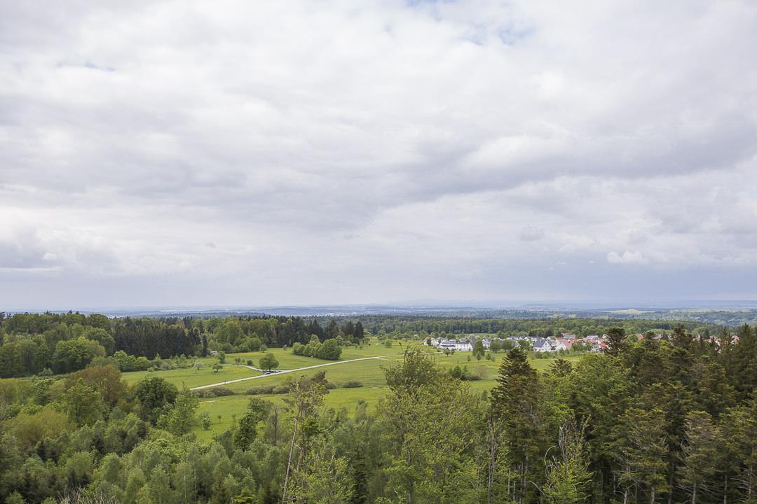Vue sur un village depuis la tour hohe warte de pforzheim... Belle vue à 360 sur la forêt noire