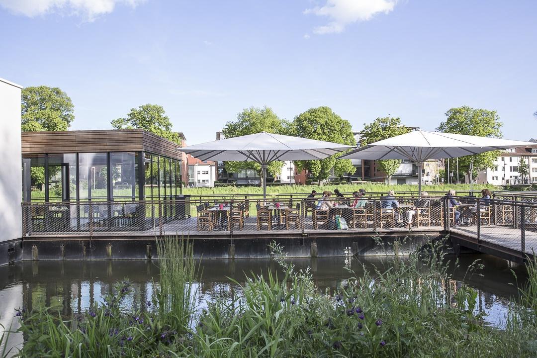 Le bootshaus avec son agréable terrasse ouverte sur le Danube, un incontournable