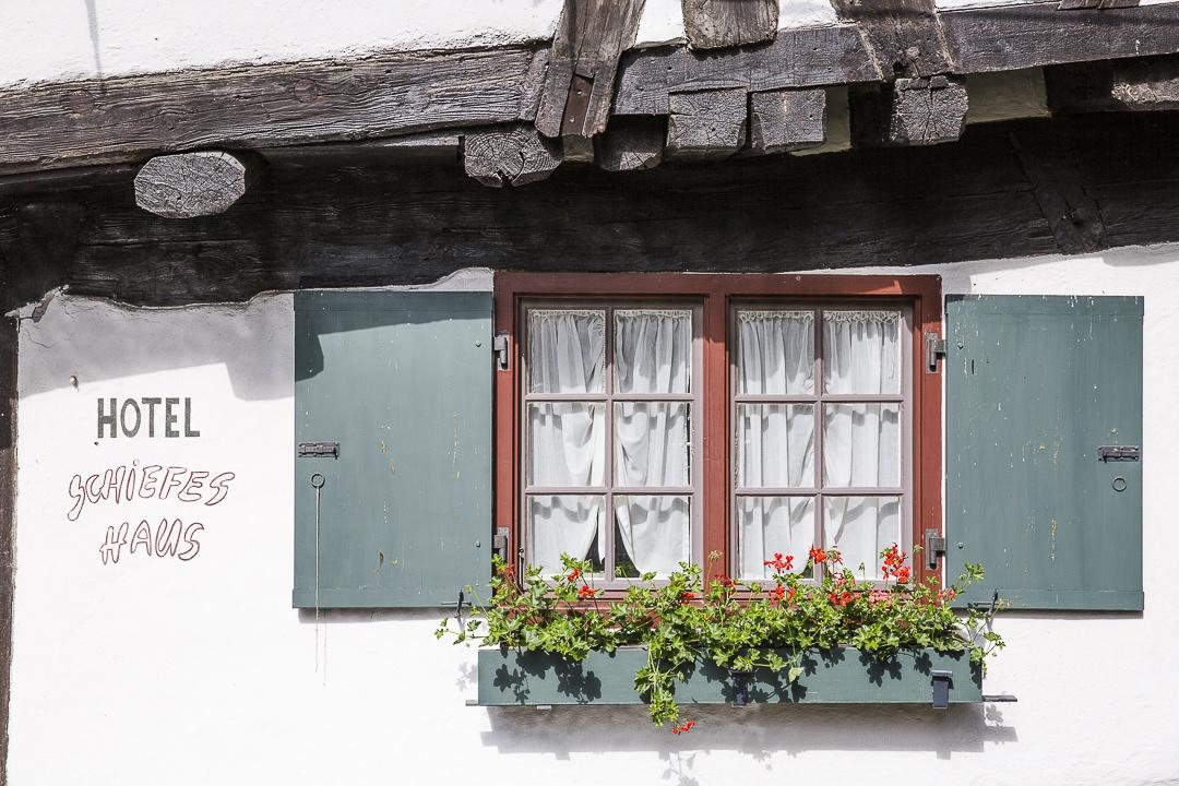 Fenêtre fleurie de la schiefes haus - Ulm, Allemagne