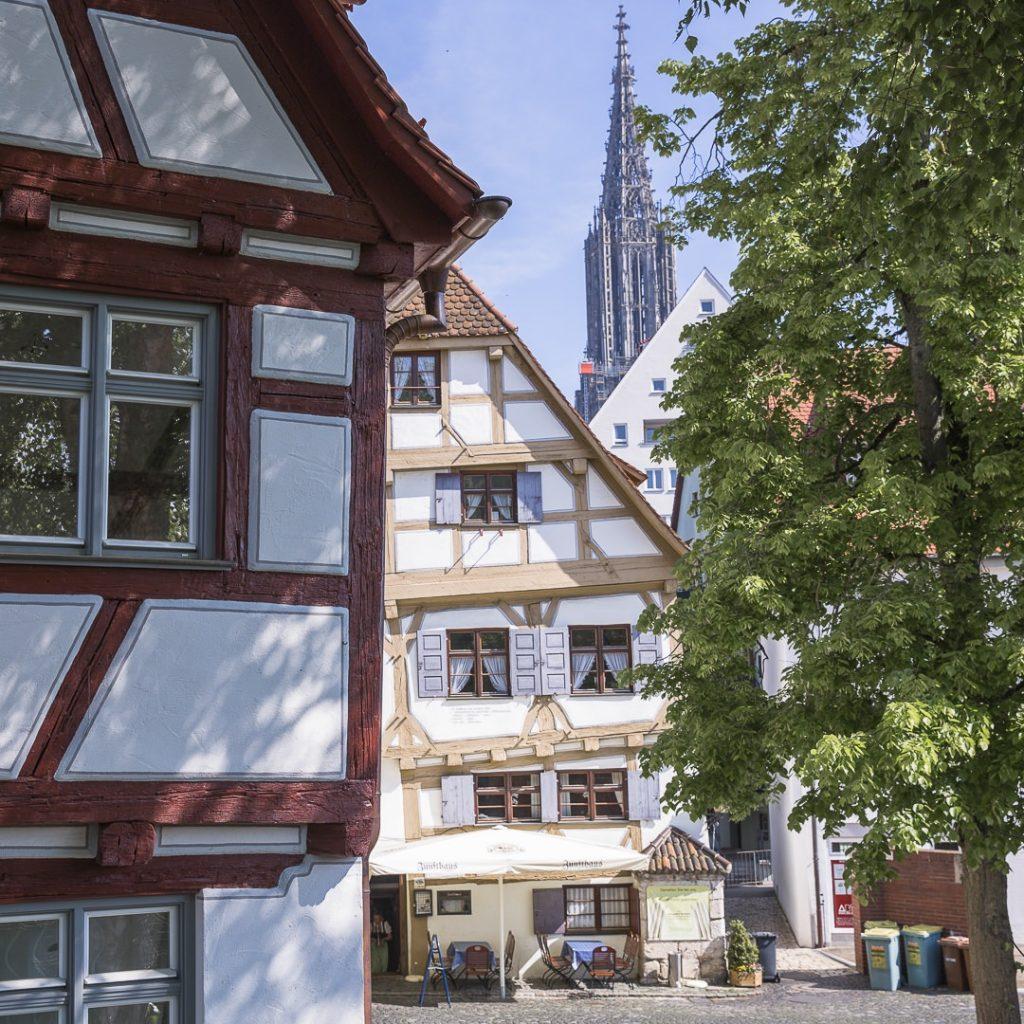 Petite place aux maisons penchées située le long des remparts sur les bords du Danube - Ulm, Allemagne
