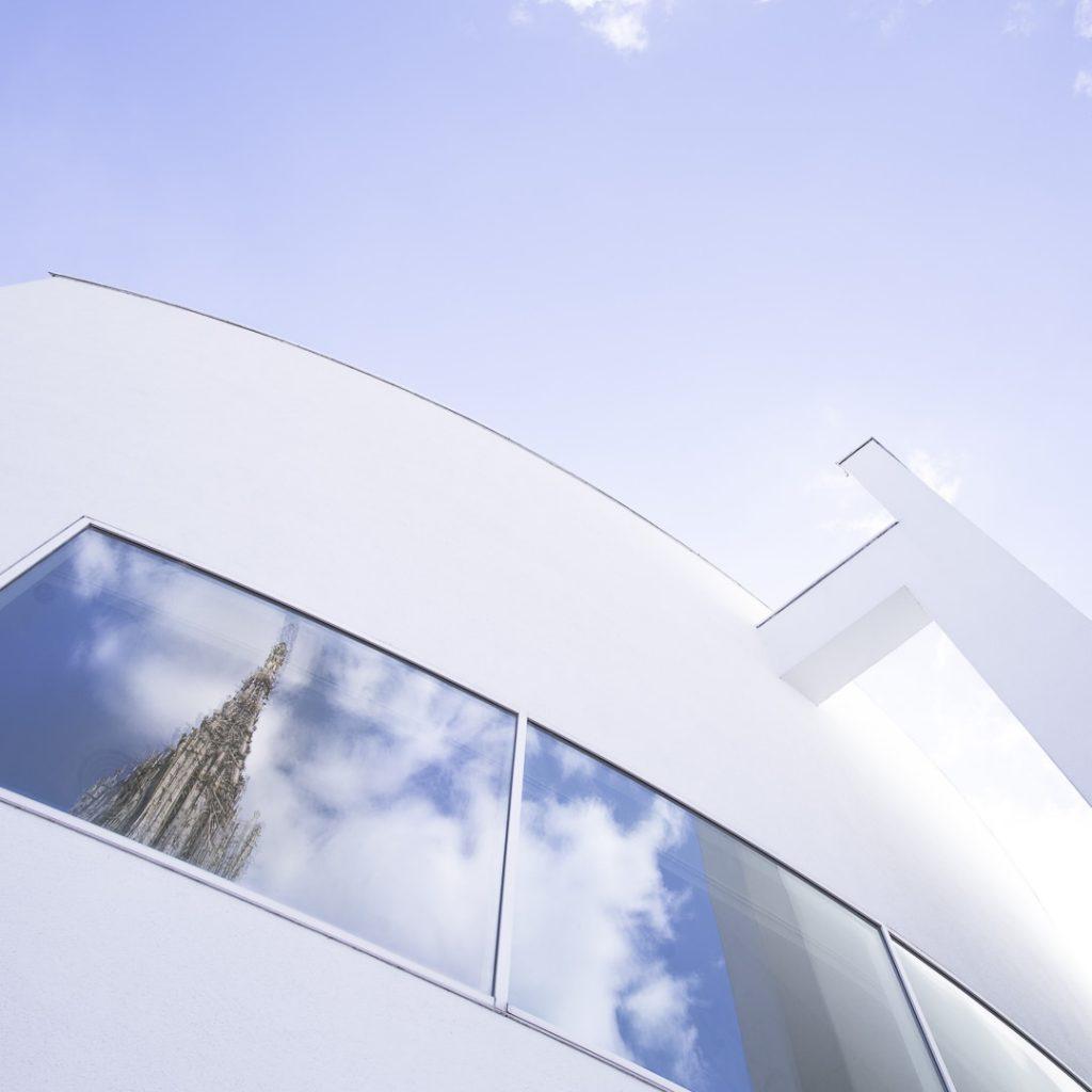 Reflet de la flèche de la cathédrale dans la maison de la ville - Ulm, Allemagne