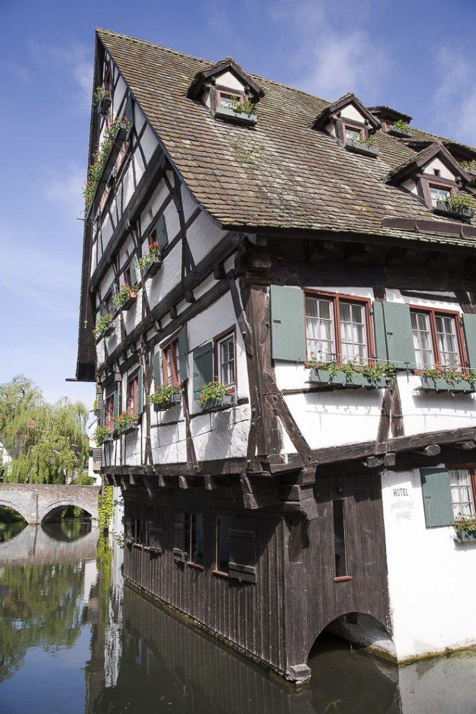 L'hotel penché à Ulm en Allemagne