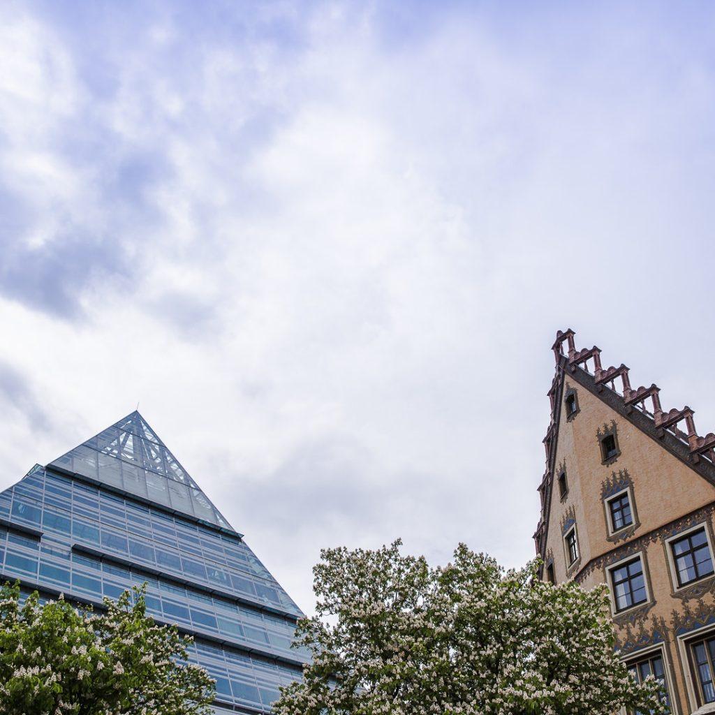 La bibliothèque pyramide de Ulm et l''hotel de ville voisin