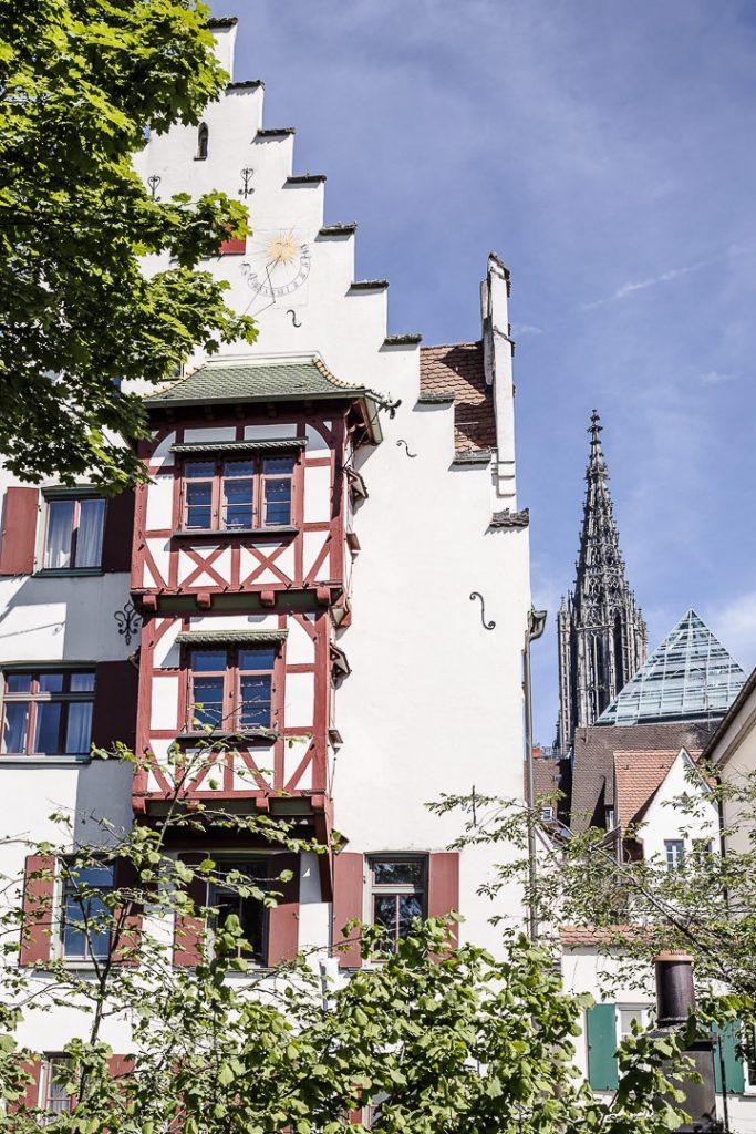 Maison sur les remparts de Ulm avec derrière la flèche de la cathédrale et la bibliothèque en forme de pyramide
