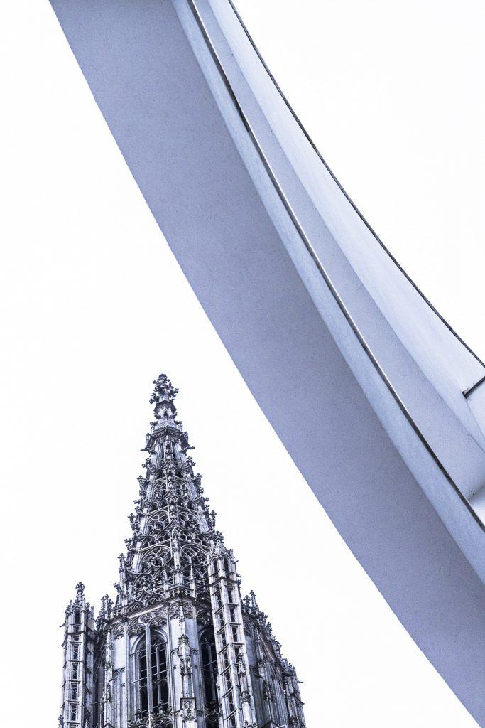 Vue sur la flèche de l'église de Ulm depuis le parvis - Allemagne