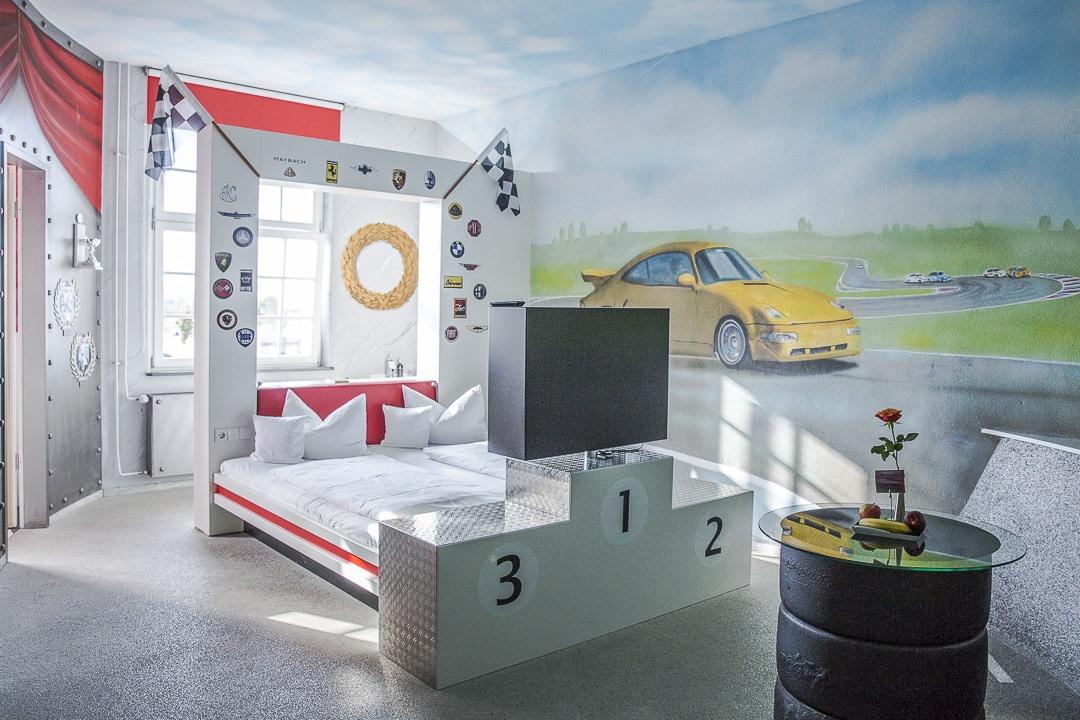 La chambre Formule 1 de l'hotel V8 à stuttgart en Allemagne