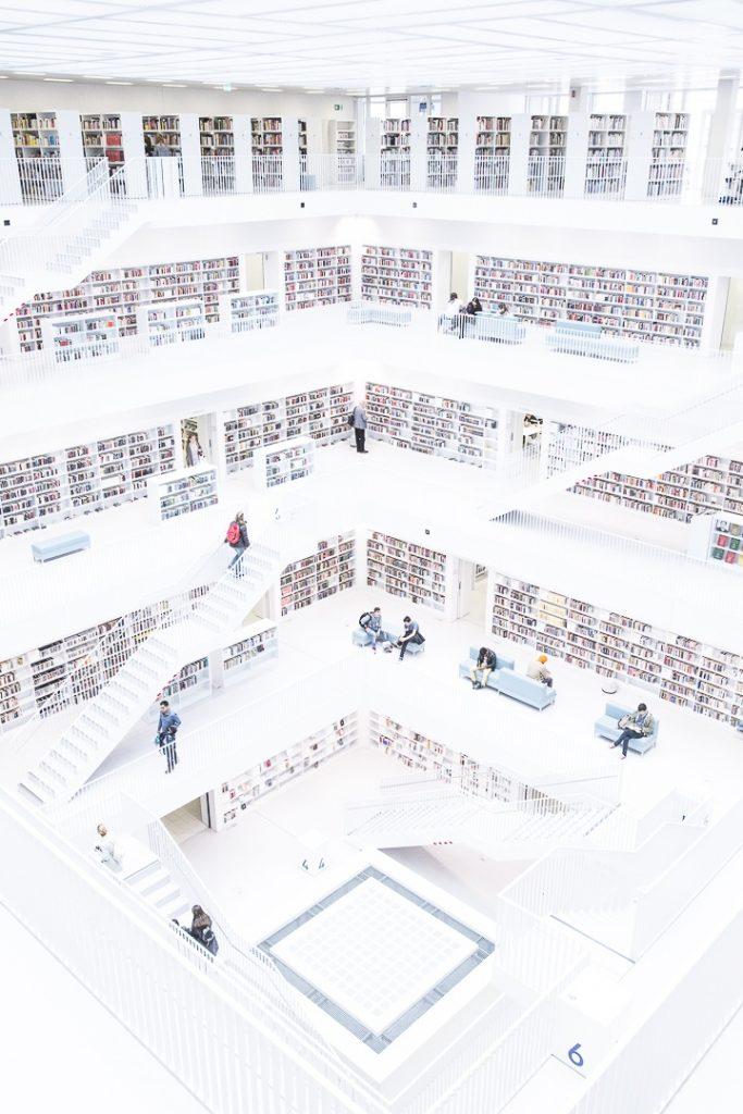Vue en diagonale de l'intérieur de la bibliothèque municipale de Stuttgart