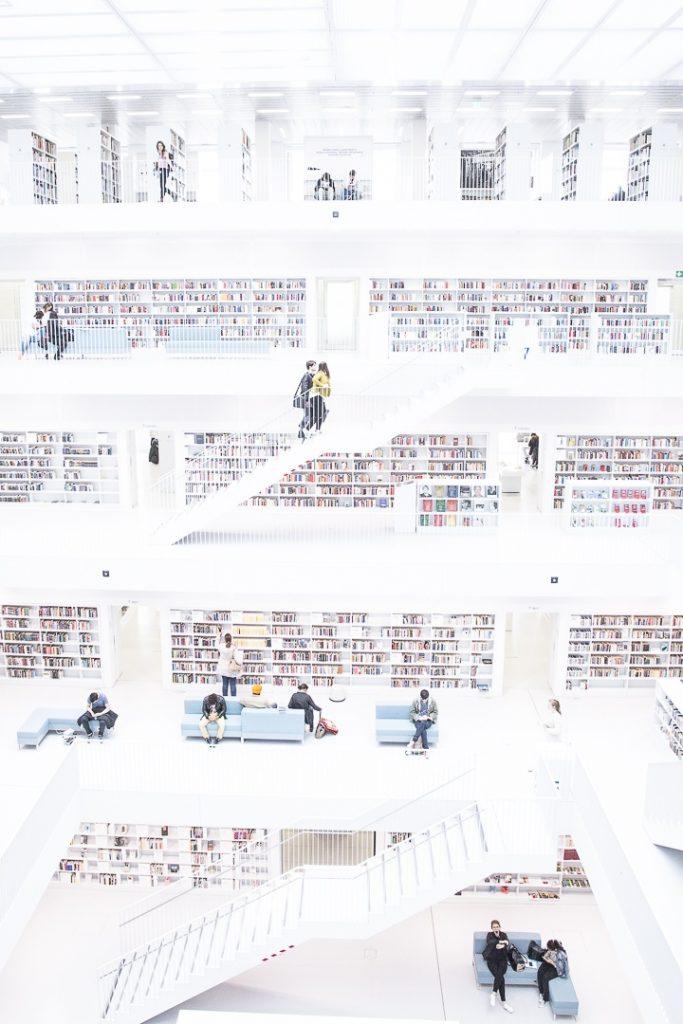 Autre vue intérieure de la bibliothèque de Stuttgart