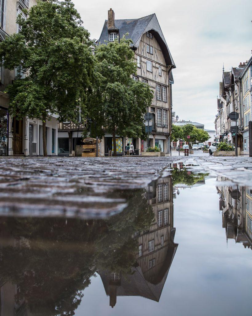 Reflets sur les pavés de Troyes