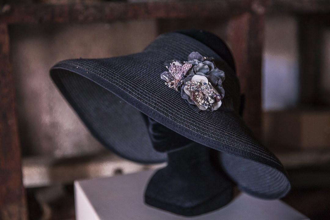 Détail des fabrications sur chapeau moulin de la fleuristerie
