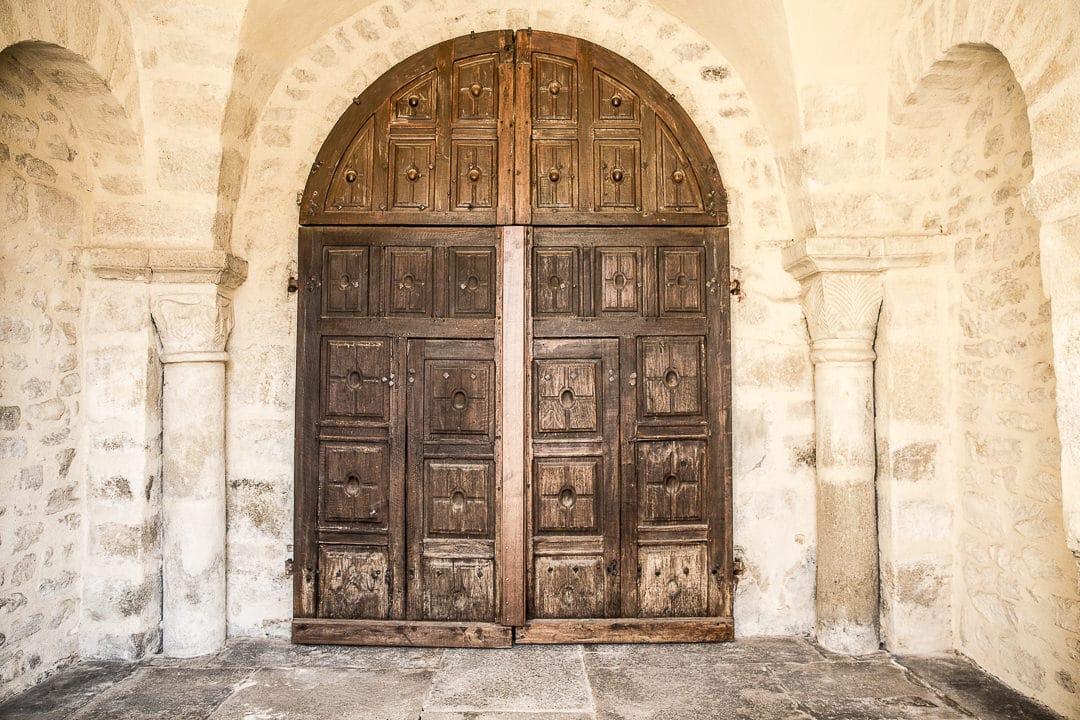 Week-end dans la Loire : entrée de l'église de Saint Rambert - Loire, France