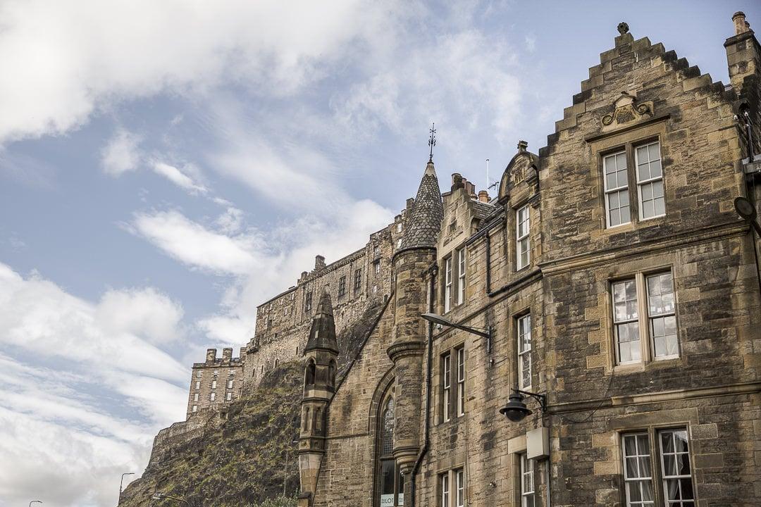 Vue sur le chateau d'Edimbourg depuis Grassmarket