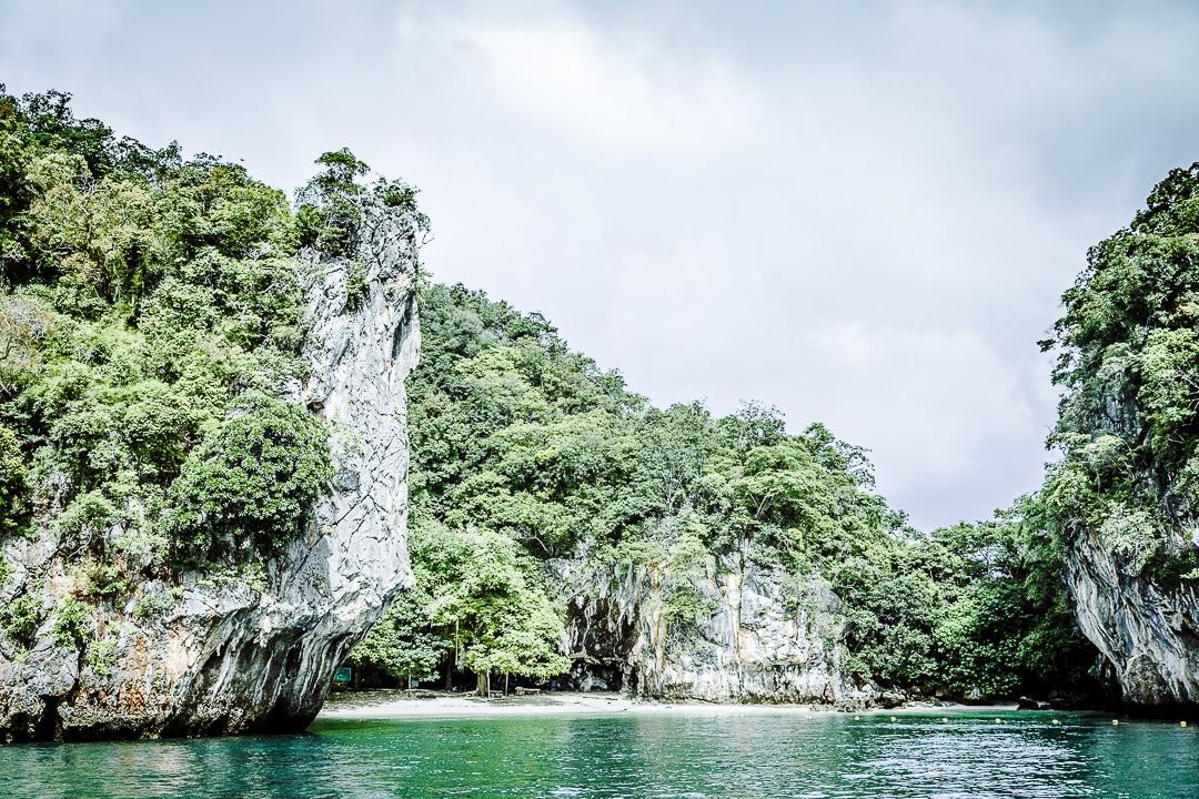 Arrivée sur l'ile de Koh Lao La Ding dans la baie de Phang Nga, Thaïlande