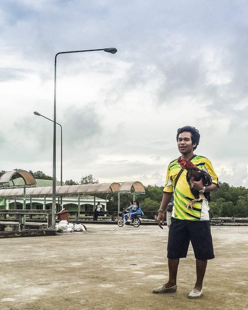 L'homme et la poule de Koh Yao Noi - Thailande