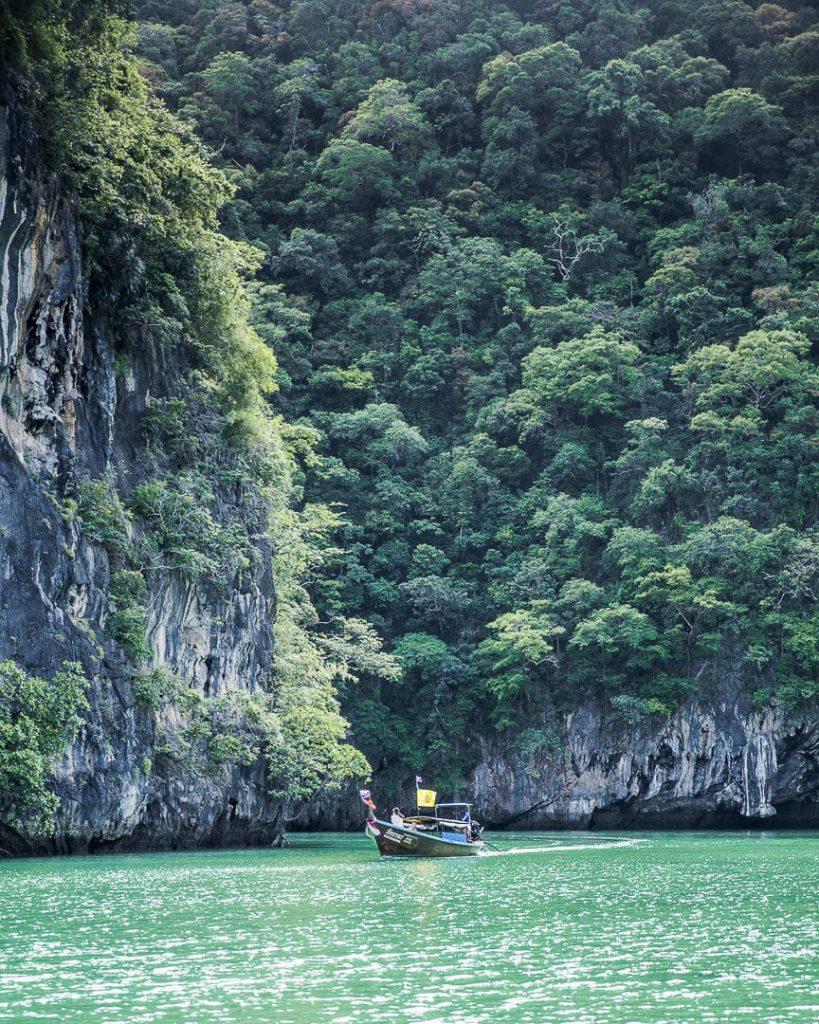 Long tail boat dans la baie de Phang Nga, Thailande