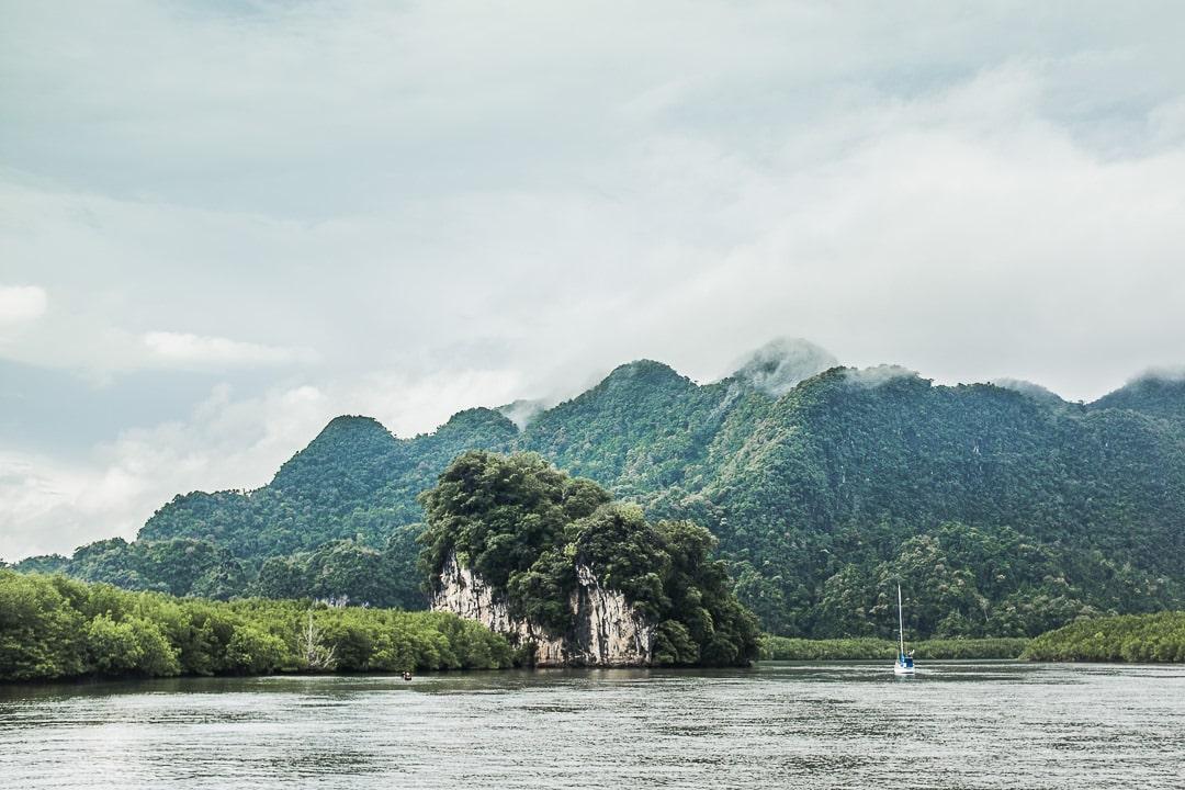 La vue depuis Tha Len pier à Krabi, le port pour aller vers Koh Yao Noi dans la baie de Phang Nga