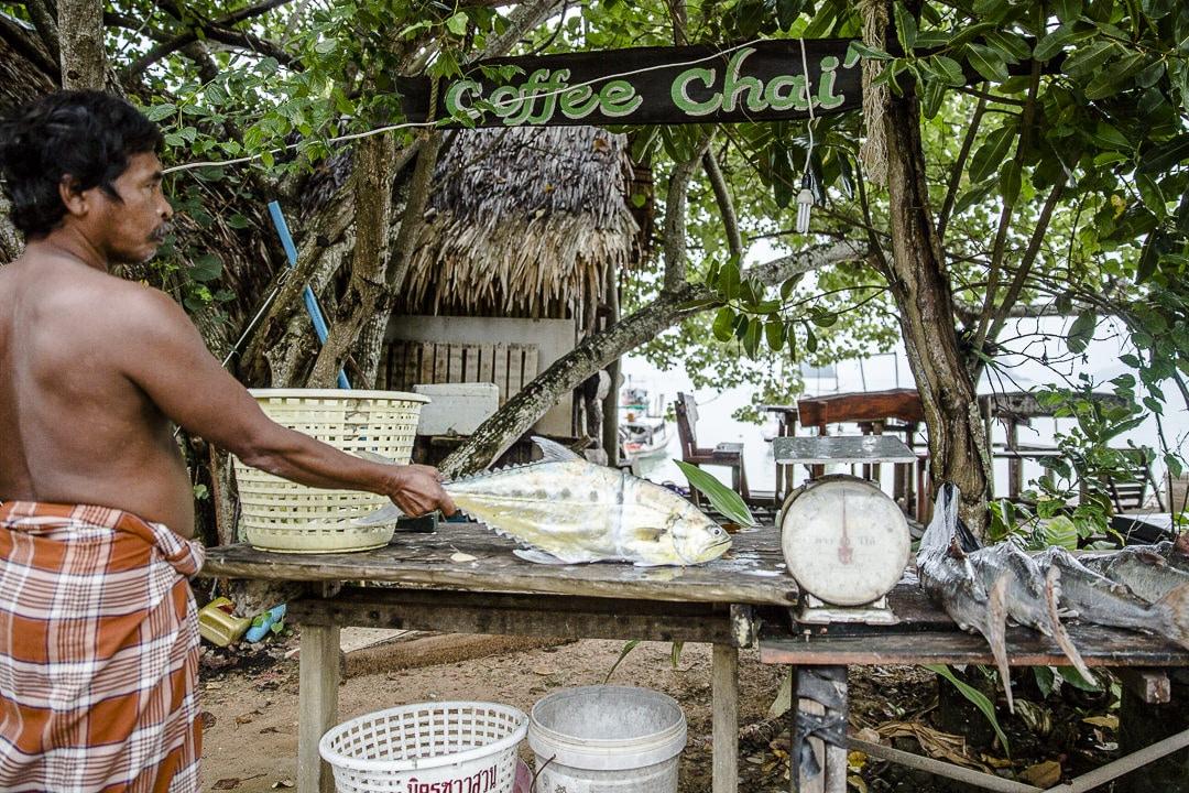 Le pêcheur de Pasai beach sur Koh Yao Noi - Thailande