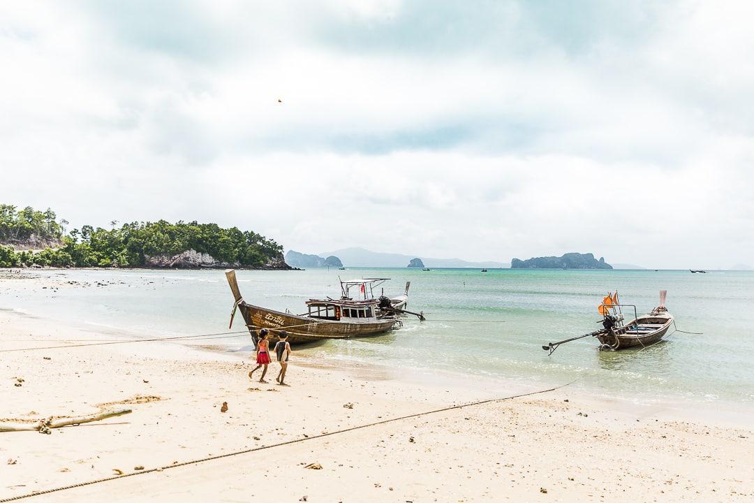 Les enfants de Pasai beach sur Koh Yao Noi