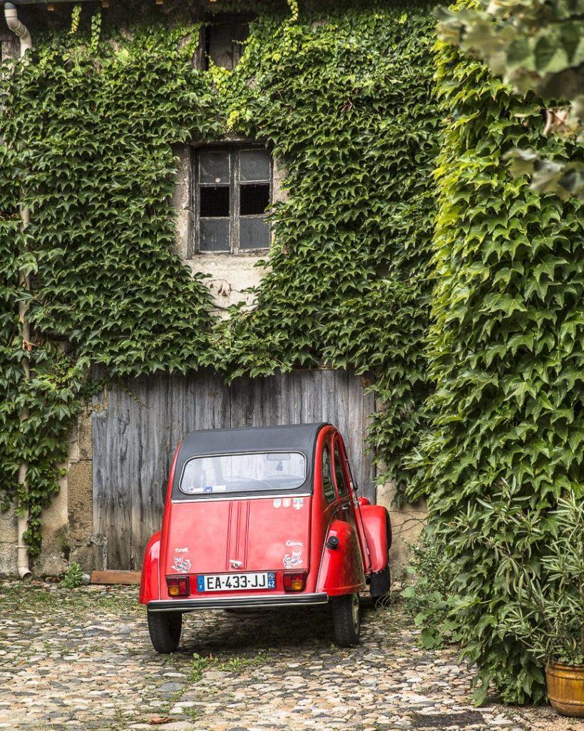 2 cv dans le village de Champdieu - Loire, France