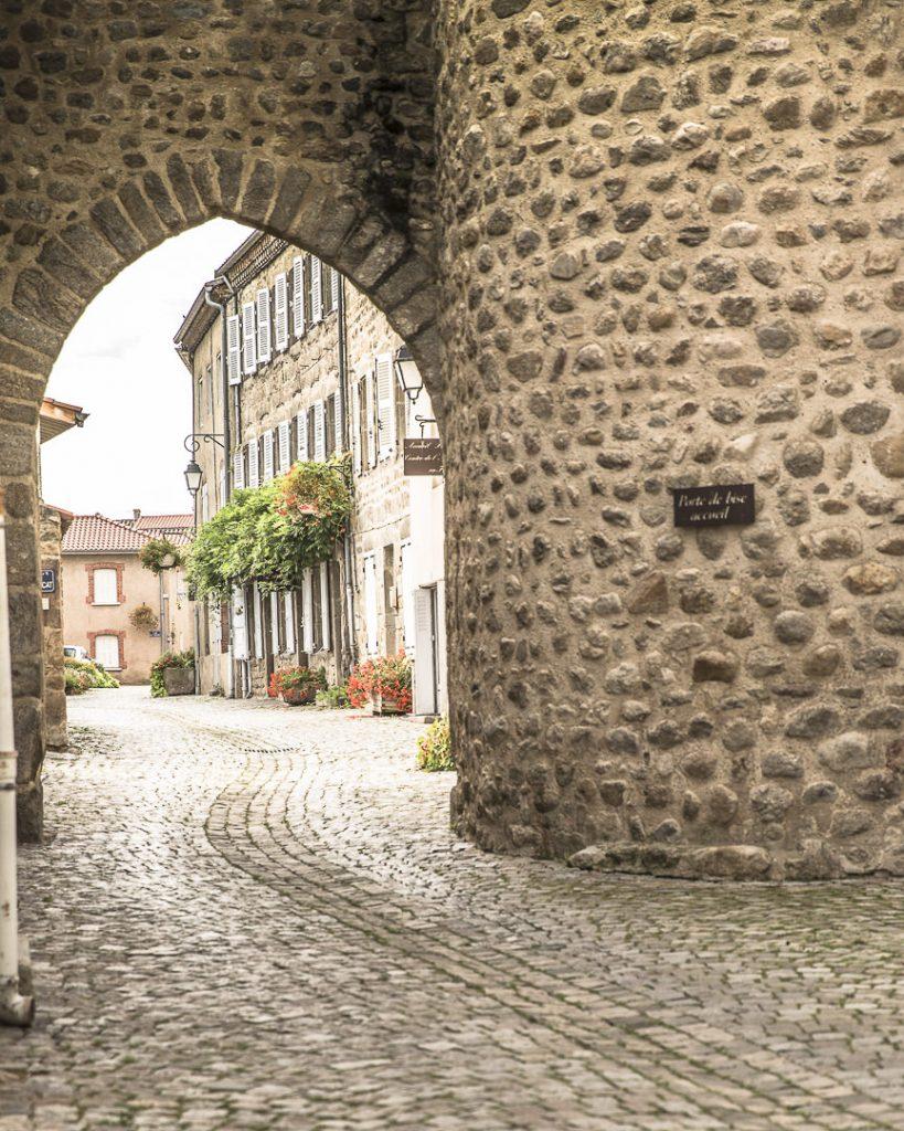 Porte médiévale, entrée de Champdieu - Loire, France