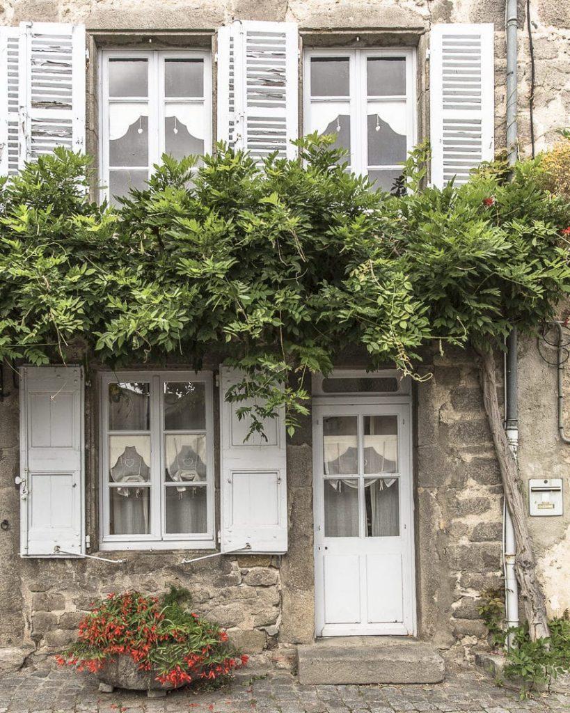 La façade de l'atelier d'Antoinette à Champdieu - Loire, France