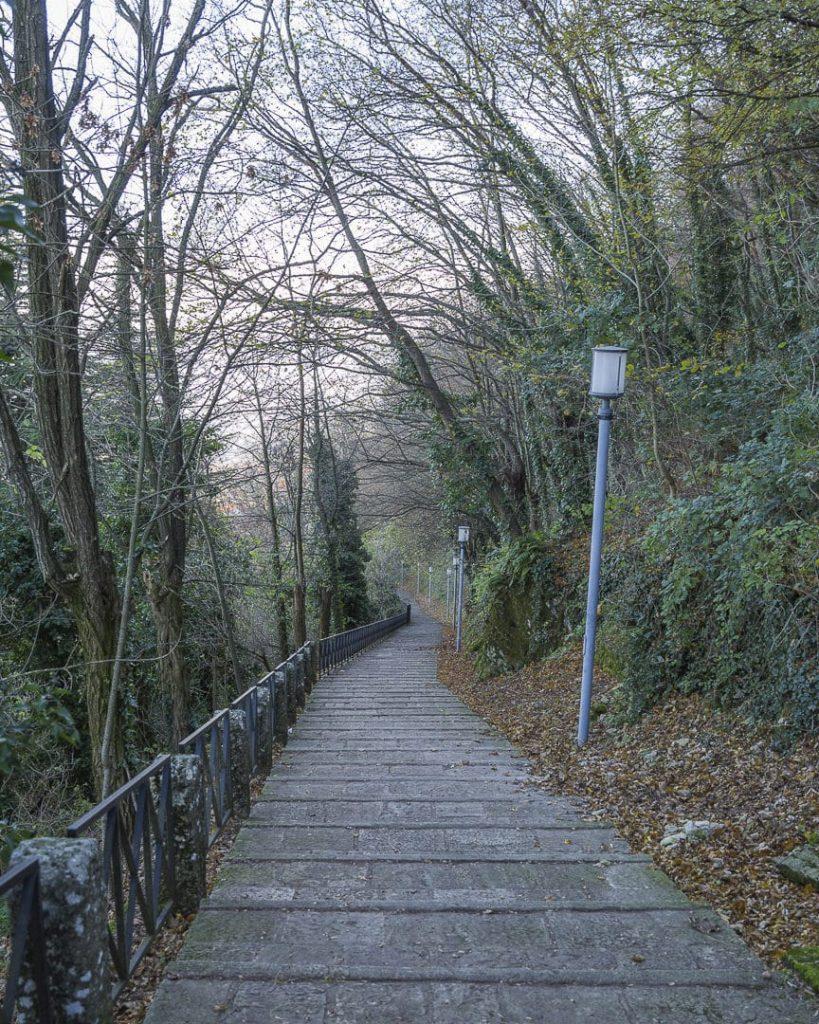 Saint Marin - Chemin qui descend vers le sentier de la falaise