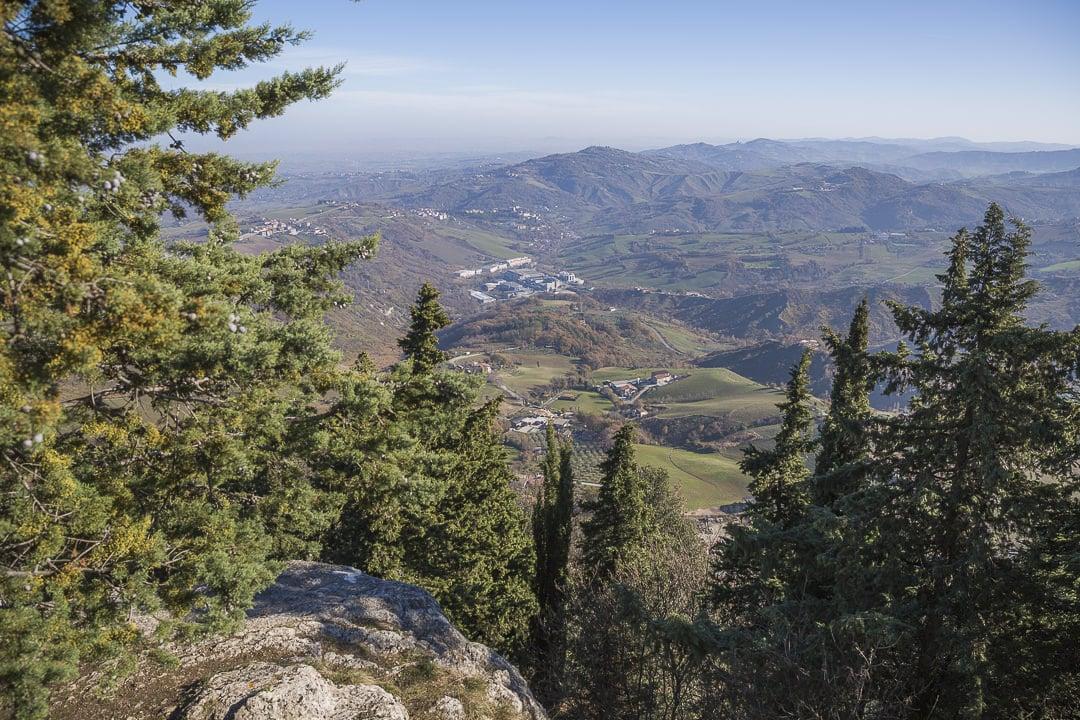Vue sur Saint Marin et la côte Adriatique depuis le sentier de la falaise