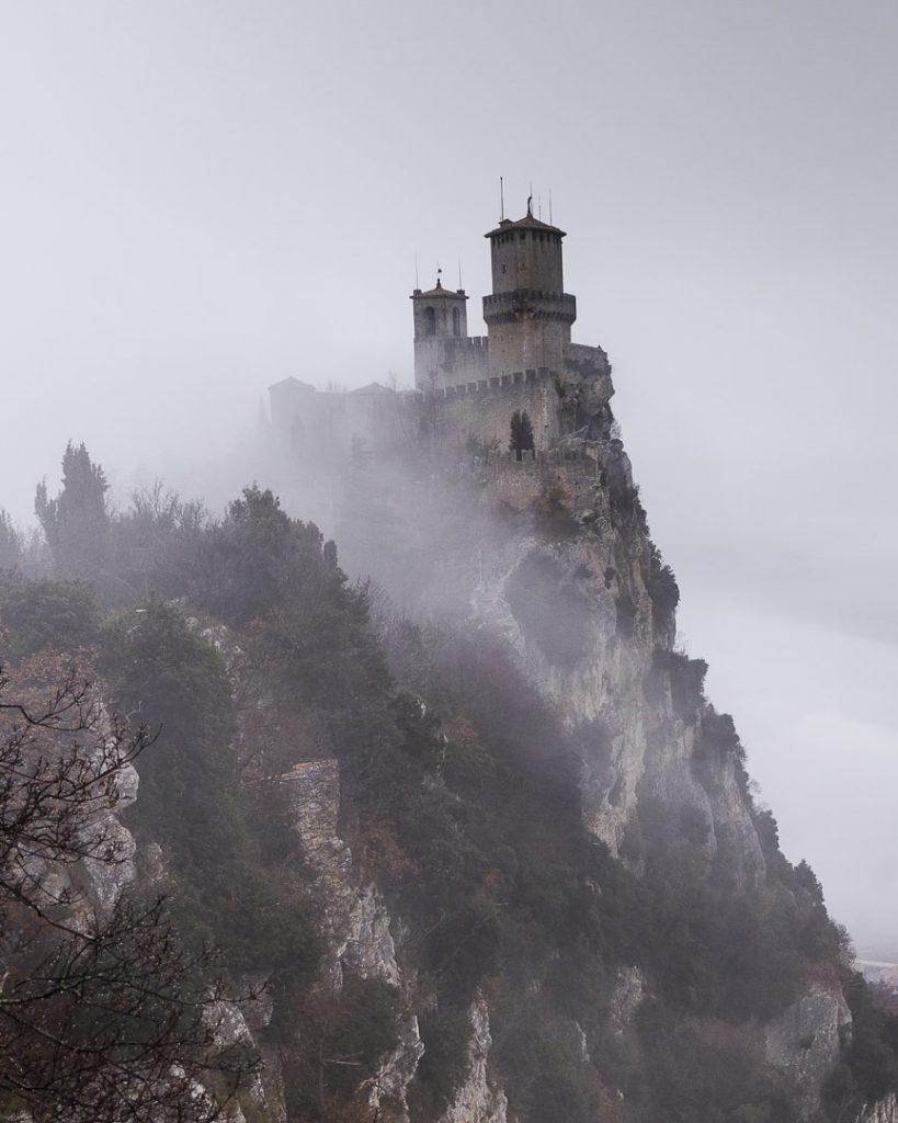 noel-a-saint-marin-la-tour-numero-un-dans-le-brouillard